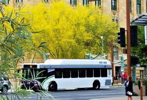 Buss i stadsmiljö