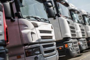 Parkerade lastbilar på rad sedda framifrån
