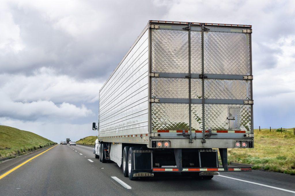 Lastbil kör på vägen