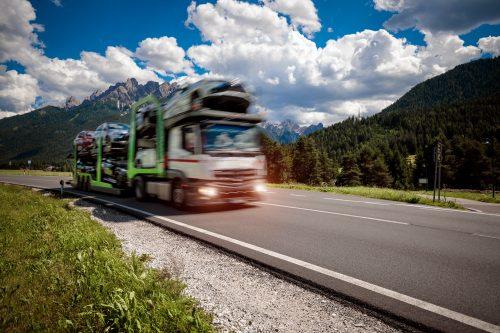 Lastbil transporterar nya bilar