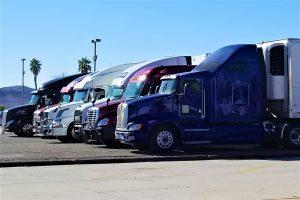 Lastbilar står parkerade