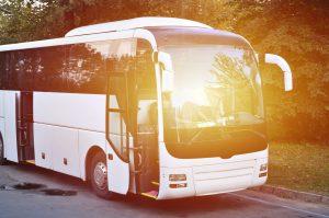 Vit buss som står parkerad